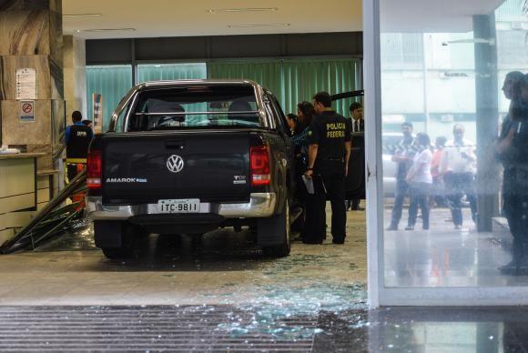 Picape invadiu Ministério da Fazenda neste madrugada de segunda (Foto José Cruz/Agência Brasil).
