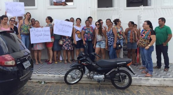 Servidores municipais cobram pagamento de salário (Foto Divulgação).