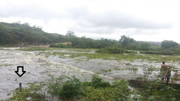 Nível do Rio Cachoeira subiu rapidamente e cobriu ponte de acesso a Itamaracá.