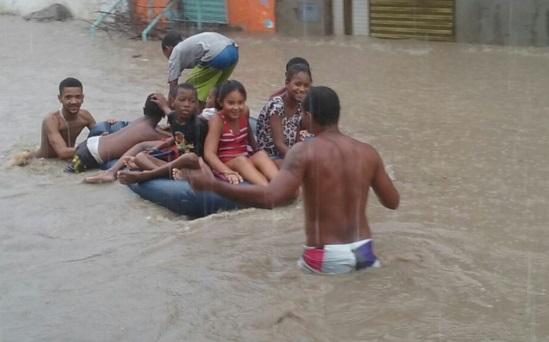 Chuva alagou imóveis em bairros de Feira de Santana (Foto Acorda Cidade-WhatsApp).