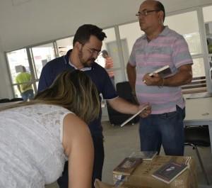 Dirigentes recebem livros da Ficc.