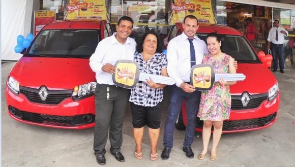 Carlos Protásio e Rafael Sousa entregam chaves a Rosilda Vidal e Médely Sousa (Foto Divulgação).