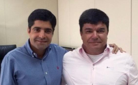 João Gomes, na foto ao lado de ACM Neto, foi baleado (Foto Divulgação).