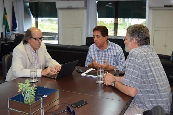 Naomar (à esq.) e Osvaldo Barreto discutem implantação dos centro integrados (Foto Emerson Santos).