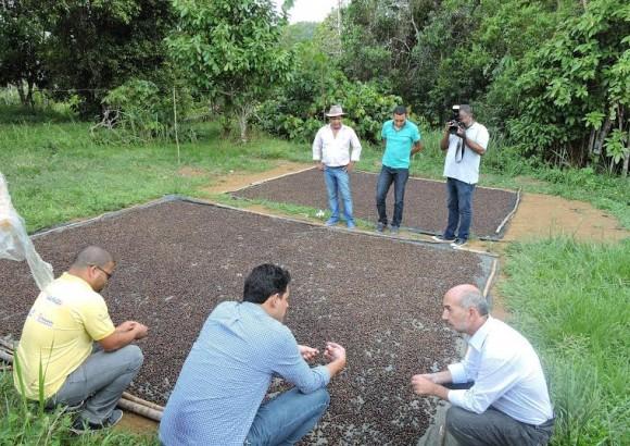 Secretário Álvaro Gomes em visita a uma propriedade no baixo-sul do Estado (Foto Divulgação).