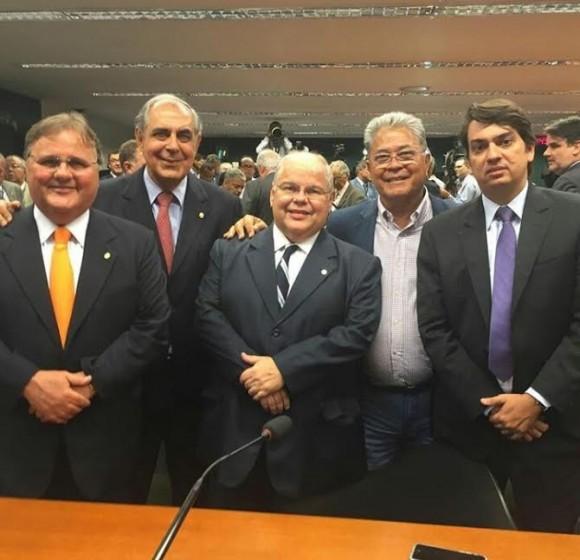 Almir Melo entre os capas-pretas do PMDB baiano em votação ontem (Foto Divulgação).