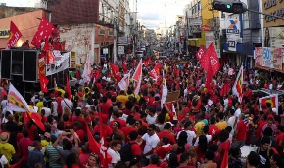 Parte dos manifestantes se aglomerou na Praça Adami, onde o ato foi encerrado (Foto Pimenta).
