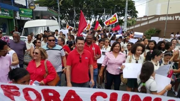 Políticos e representantes dos movimentos sociais participaram do evento.