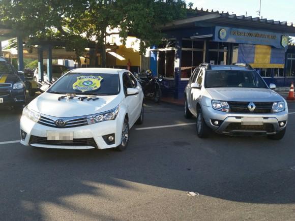 Corolla e Duster apreendidos com uma quadrilha eram de locadora (Foto PRF-BA).