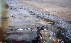 Água corre pela sarjeta da Avenida Félix Mendonça (foto reprodução Balanço Geral)