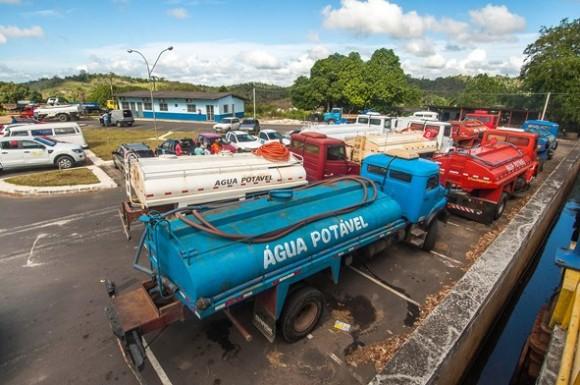 Carros-pipa voltam a abastecer tanques comunitários, após negociação com o prefeito de Itabuna (foto Lucas França)