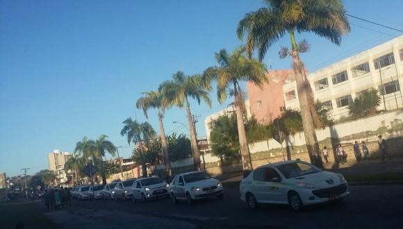 Dezenas de taxistas participaram da manifestação (Foto Silas Silva).
