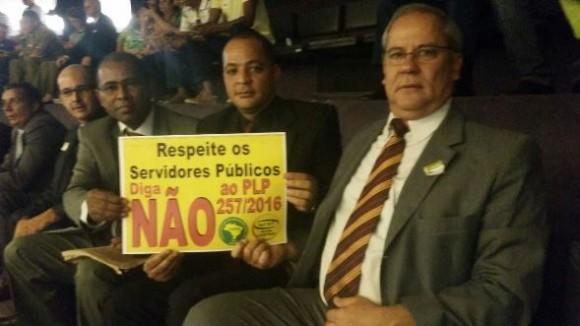 PM José Neto (com o cartaz) acredita que o projeto prejudica o serviço público como um todo