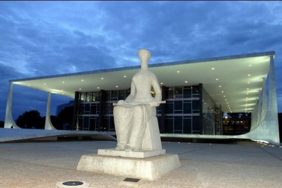 Símbolo da Justiça, tendo ao fundo o prédio do STF.