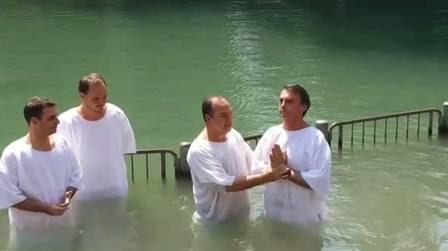 Bolsonaro, acompanhado do Pastor Everaldo, é batizado nas águas do Rio Jordão (Foto Divulgação).