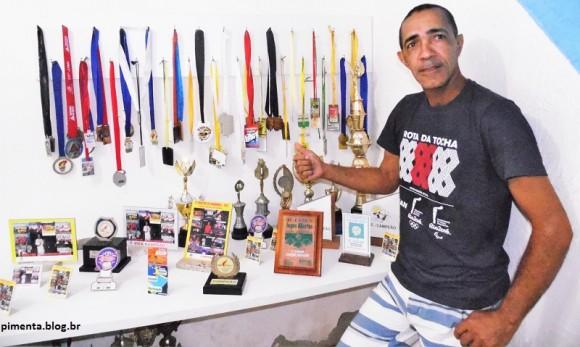 """""""Chico"""" exibe parte das suas conquistas em 25 anos de handebol (Foto Pimenta)."""
