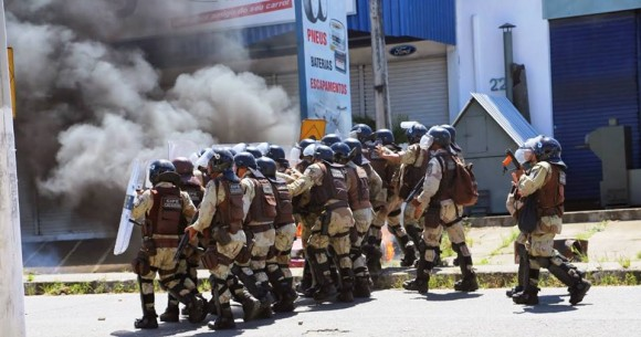 Homens da Cipe Cacaueira em ação durante protesto (Reprodução Facebook).
