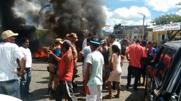 Manifestantes bloquearam ligação de Itajuípe com zona rural e Coaraci.