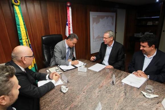 Rui Costa e executivos da Suzano assinam protocolo de intenções (Foto Carol Garcia).