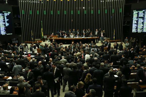 Sessão que discutiu a matéria durou 16 horas (foto Fábio R. Pozzebom / Agência Brasil)