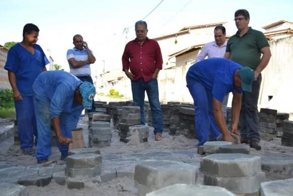 Almir vistoria obra de pavimentação na Cidade Nova (Foto Dvulgação).