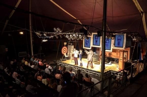"""Encenação de """"Circo Negro"""" no palco da Tenda do TPI, em Ilhéus (Foto Clóvis Lunardi)."""