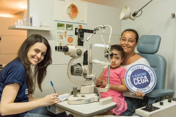 Médica Francielle Viana atende paciente no mutirão contra glaucoma.