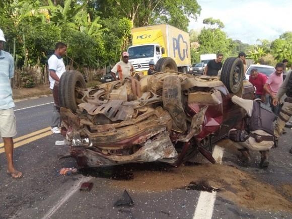 Um dos carros envolvidos no acidente capotou e foi parar no acostamento da rodovia (foto Jackson Cristiano / Ubaitaba Urgente
