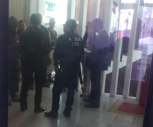Policiais civis e promotores cumprem mandado na sede da Emasa.