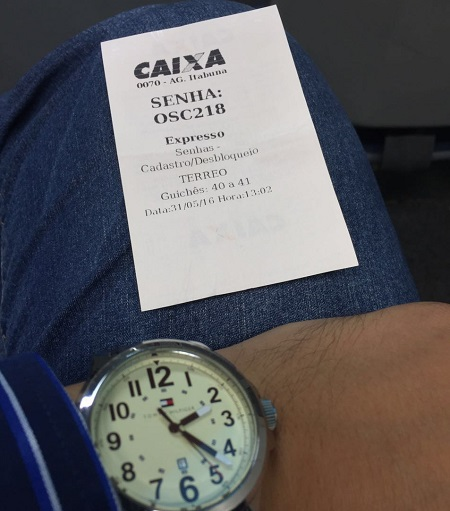 Senha foi entregue às 13h02min, mas o cliente ainda não havia sido atendido às 14h22min.