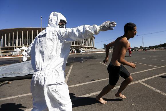 Simulação de ataque químico para os Jogos Olímpicos no estádio Mané Garrincha (Foto Agência Brasil).