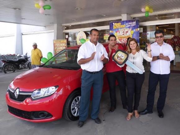 Edson Ferreira, Alexandre Midlej, a ganhadora, Emilene Lima, e Aldo Brito, da J. Macêdo.