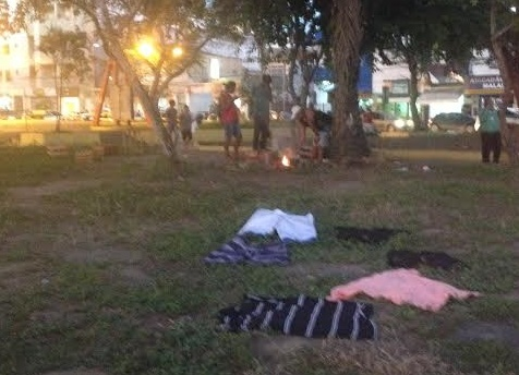 Mendigos na Praça José Bastos, no centro de Itabuna.