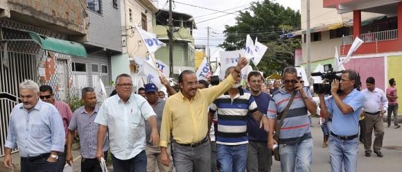 Mangabeira, ao centro, apoia ACM Neto e disputará vaga na Cãmara Federal