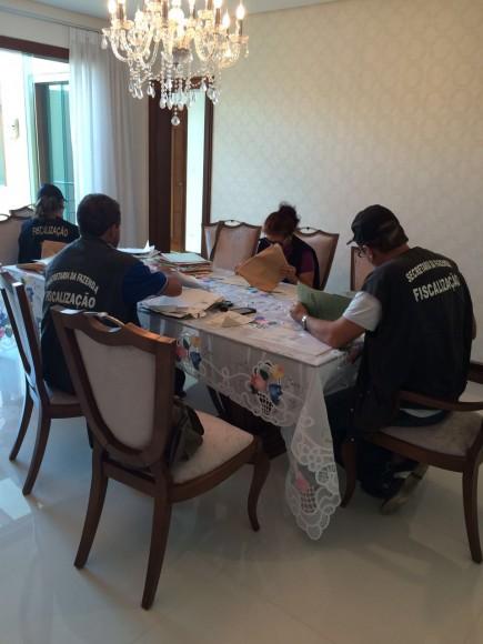 Auditores durante operação, nesta manhã, na casa do dono da Rio Bahia (Foto Sefaz/BA).