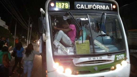 Passageiros viajam sentado em painel de ônibus superlotado (Foto WhatsApp).