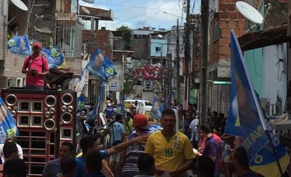 Ontem, duas caminhadas - de Augusto e de Geraldo - ocorriam no mesmo momento no bairro (Foto WhatsApp).