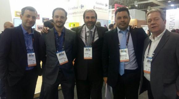 Executivos da Renner e da Tnoplan e Manoel Neto durante Exposhopping, em São Paulo.