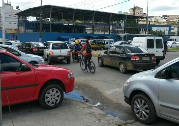 Fluxo de veículos no cruzamento com a Alício de Queiroz piorou após mudança.
