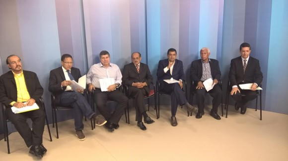 Apenas sete dos nove candidatos participaram do debate na Santa Cruz.