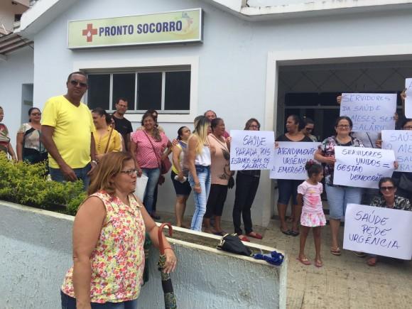 Servidores fazem protesto silencioso em frente ao hospital.