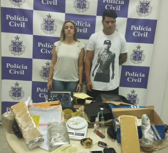 Casal com a droga apreendida em Salvador (Foto PM-BA).
