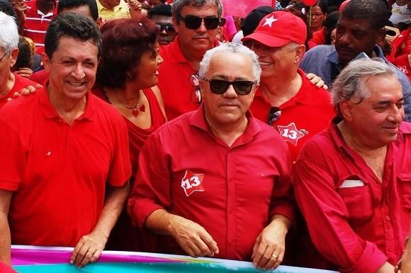 Secretário estadual Josias Gomes durante caminhada em Itabuna, ontem.