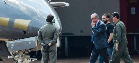 Eduardo Cunha sendo levado para aeronave (Foto Wilson Dias/Agência Brasil).