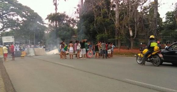 Manifestantes bloquearam os dois sentidos da Rodovia Ilhéus-Itabuna.