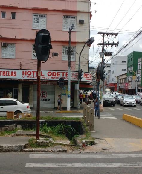Semáforo foi danificado há mais de uma semana (Foto Pimenta).