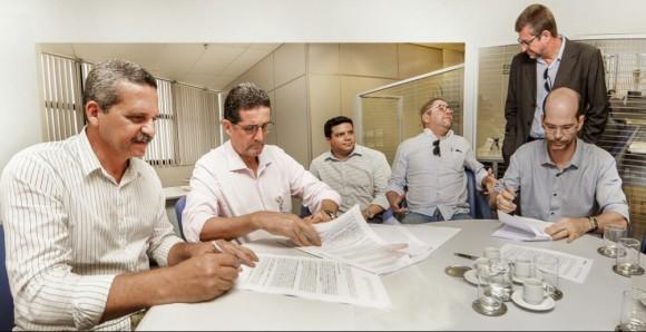 Vane e Marcos Vinícius, da Caixa, assinam contrato (Foto Lucas França).