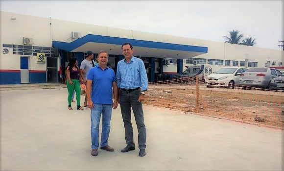 Secretário Vilas-Boas e o diretor do hospital, Cláudio Moura (Foto Divulgação).