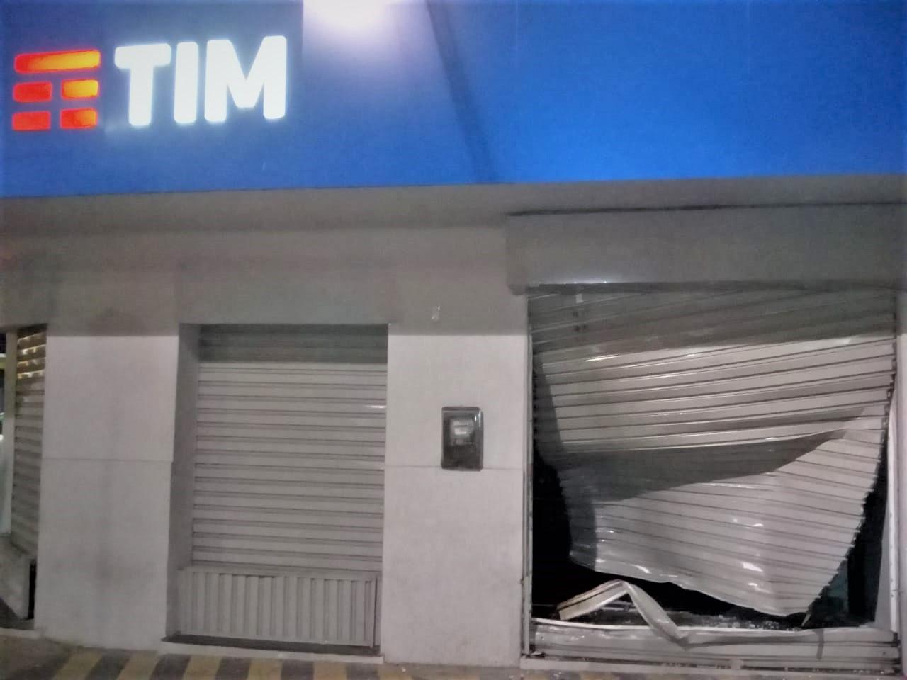 DE CARRO E MOTO, BANDIDOS ARROMBAM LOJA DA TIM NO CENTRO DE ITABUNA