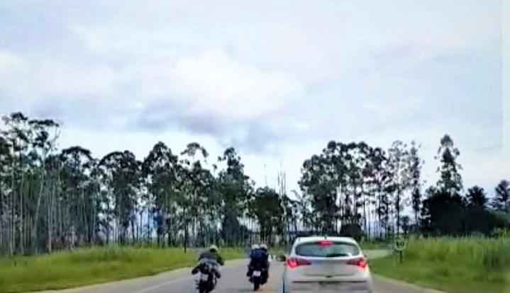 """MOTOCICLISTAS SÃO FLAGRADOS PROMOVENDO """"RACHA"""" NO EXTREMO-SUL DA BAHIA"""